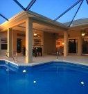 Blick von Pool auf Terrasse bei Dämmerung