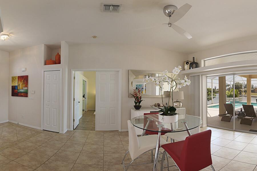 Blick aus dem Esszimmer auf Pool und River sowie auf das Schlafzimmer im Ferienhaus Coral Belle in Cape Coral Florida.