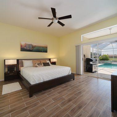 Schlafzimmer mit Poolblick im Ferienhaus Coral Belle in Cape Coral