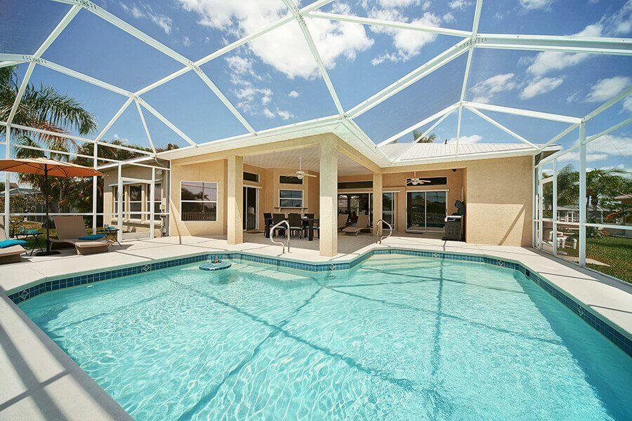 Hier sehen Sie den Pool und die Terrasse des Ferienhaus Coral Belle in Cape Coral