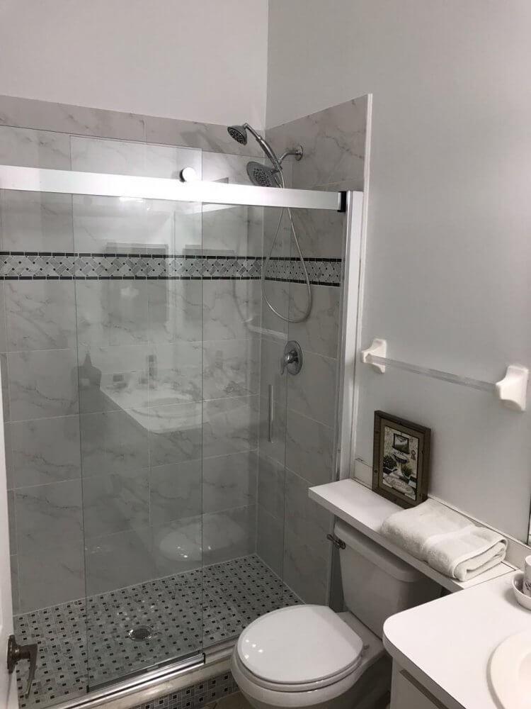 nochmals investiert - neue Duschwand im Gästebadezimmer im Ferienhaus Villa Coral Belle